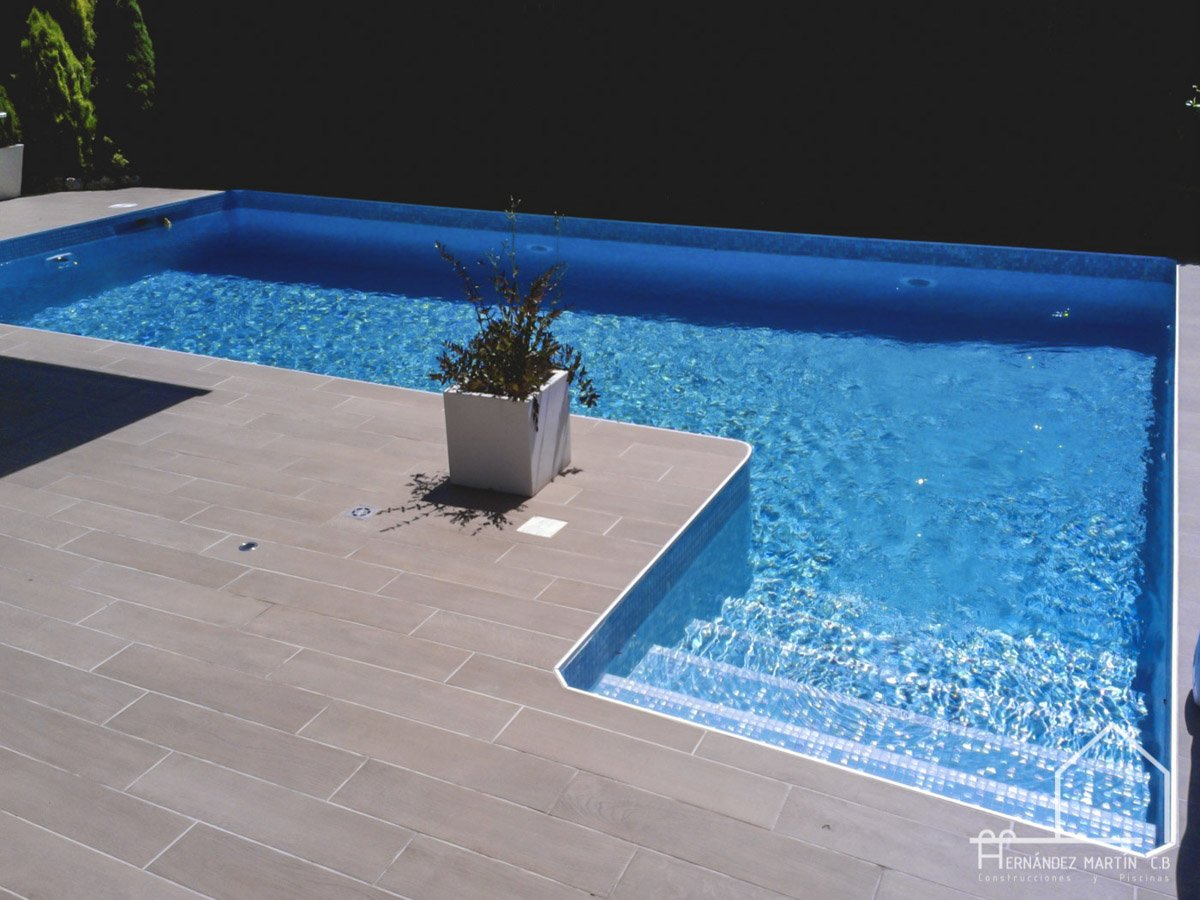 hernandezmartincb-experiencia-construccion-piscinas-moderna escalera exterior-zamora-11