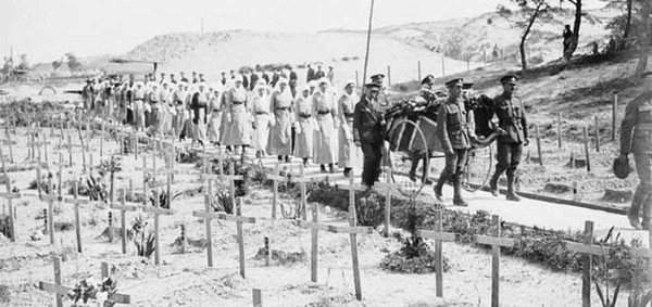 Cimetière de guerre à Étaples Le Touquet, ville dans laquelle est apparue la grippe espagnole avant 1918. L'agrandissement est la photographie d'un cimetière à Chambéry en 1918 : la grippe espagnole fit 7 morts en une nuit, collection J. Perbal, ENS Lyon.