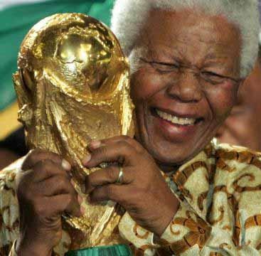 L'ex-président Nelson Mandela brandit le trophée de la Coupe du Monde 2010 (DR)