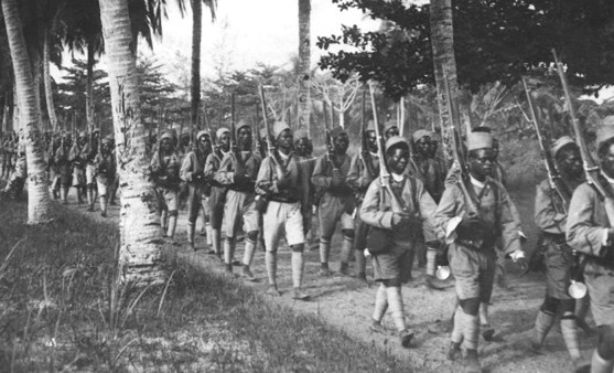 Des tirailleurs rentrant de leur marche à Douala, en décembre 1916, © Ministère de la Culture, Médiathèque de l'architecture et du patrimoine - diffusion RMN, DR.
