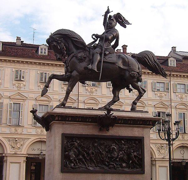 La statue équestre d'Emmanuel-Philibert forgée par Marochetti en 1838 et placée sur la piazza San Carlo à Turin.