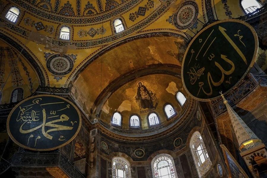 Des musulmans prient devant Sainte-Sophie, le 10 juillet à Istanbul, Ozan Kose, AFP, DR. L'agrandissement montre une vue intérieure de sainte-Sophie : les icônes chrétiennes seront dissimulées lors des prières musulmanes, AFP, 14 juillet 2020.