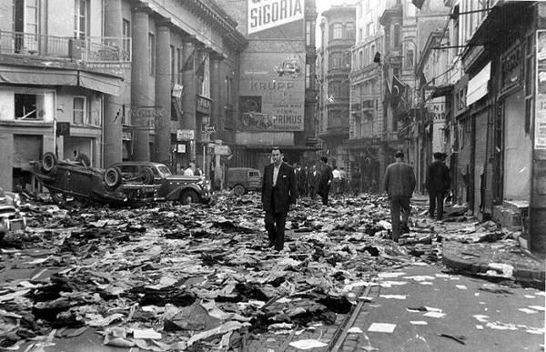 Le pogrom d'Istanbul a commencé le soir du 6 septembre 1955 lorsque des foules sont descendues dans les rues d'Istanbul et ont attaqué les quartiers grec et arménien.