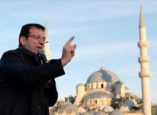 L'opposant turc Ekrem Imamoglu lors de la campagne des municipales à Istanbul, le 28 mars 2019 à Istanbul, Murad Sezer, AFP, DR. Un peu moins de trois mois après sa première élection annulée, il a confirmé, le 23 juin 2019, sa conquête de la mairie d'Istanbul.