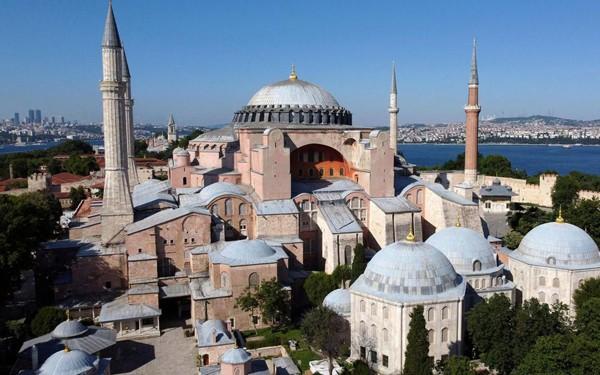 Sainte-Sophie une nouvelle fois convertie en mosquée le 24 juillet 2020. L'agrandissement montre un homme agitant un drapeau turc en face de Sainte-Sophie, le 10 juillet 2020, Ozan Kose, AFP, DR.