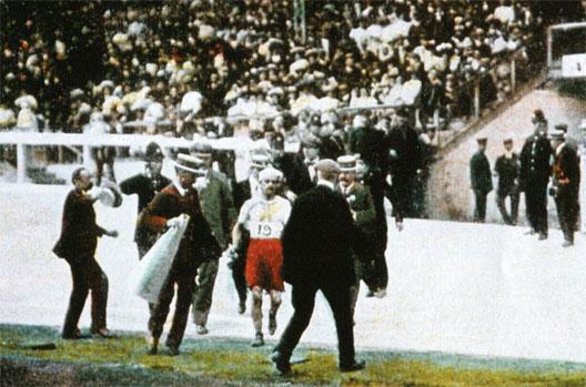 Arrivée de Dorando Pietri en tête du marathon aux Jeux Olympiques de Londres (1908)