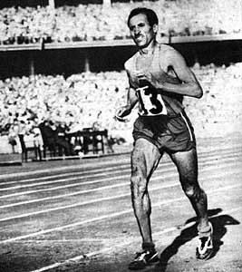 Alain Mimoun à l'arrivée du marathon de Melbourne (1956)