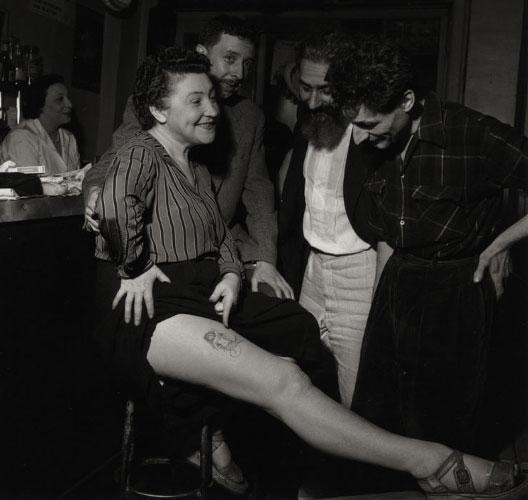 Robert Doisneau, Youki Desnos montrant la sirène tatouée sur sa cuisse par Foujita vers 1950, Atelier Robert Doisneau