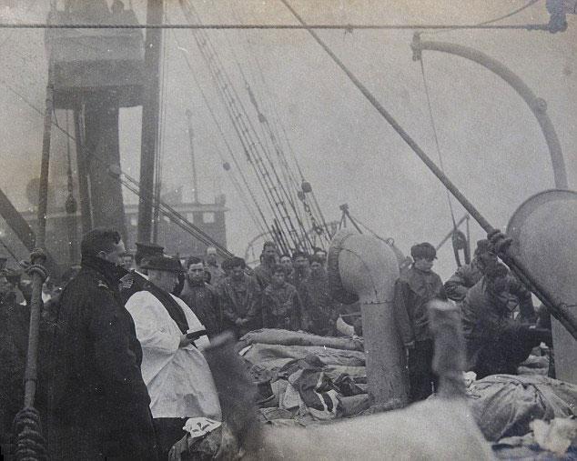 Sur le pont du Titanic, le révérend Hind prie pour les premières victimes avant leur immersion (DR)