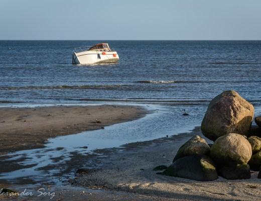 Gestrandetes Boot vor Hou in Dänemark