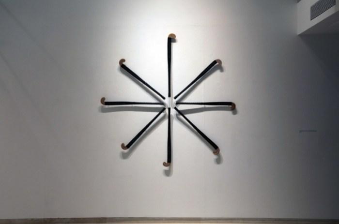 Sticks de hockey lacados y grabados al láser con Tiempos nuevos, tiempos salvajes, 2014 títulos de novelas distópicas. 200 cm. ø. / ©Avelino Sala