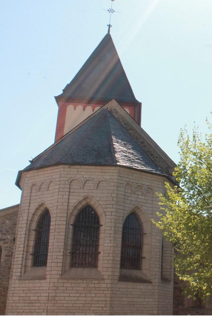Altarraum vom Kirchplatz aus gesehen