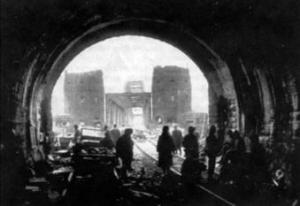 Soldaten im Tunnel, der auf die Brücke führt