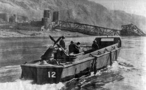 Ein Boot auf dem Rhein vor der eingestürzten Brücke