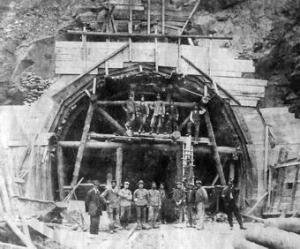 Bau des Tunnels zur Brücke