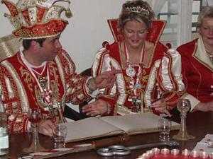 Prinzenpaar trägt sich ins Goldene Buch von Erpel ein