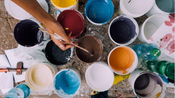 Viele bunte Farben in Farbeimern