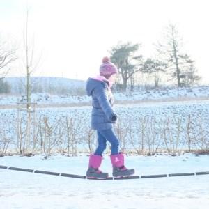 winterkinder-haben-spass-im-schnee