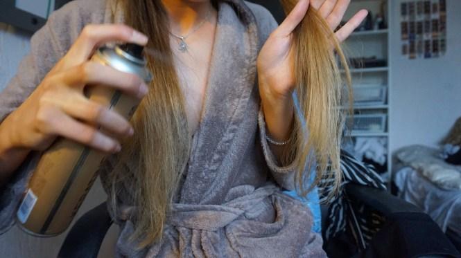 haar sprayen met haarspray voor krullen