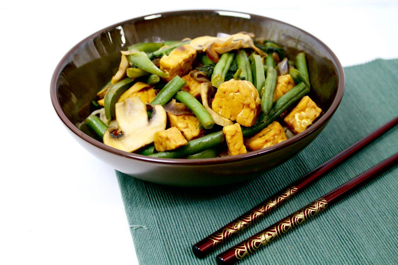 Recept | Groene wokschotel met tempeh