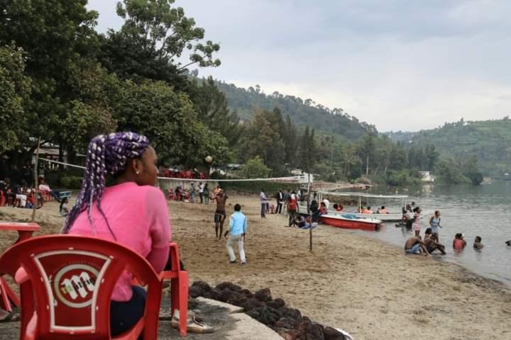 Une Congolaise de Goma se détend sur la plage Tam-Tam dans la ville rwandaise de Gisenyi, au bord du lac, le 25 mars 2018