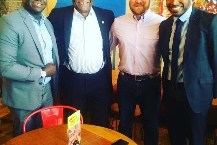 (Au centre) Akere Muna et Jeffrey Smith