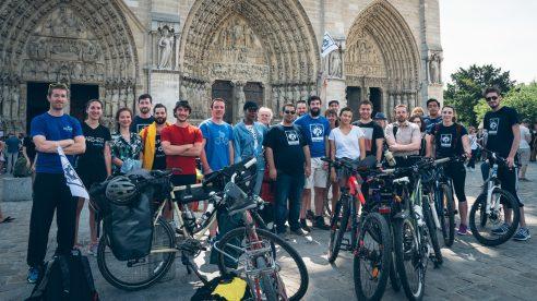 Le jour du départ devant Notre-Dame de Paris