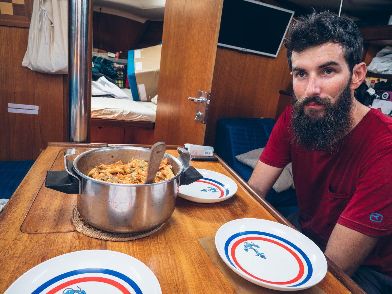 Le repas est prêt pour le capitaines et les 2 matelots