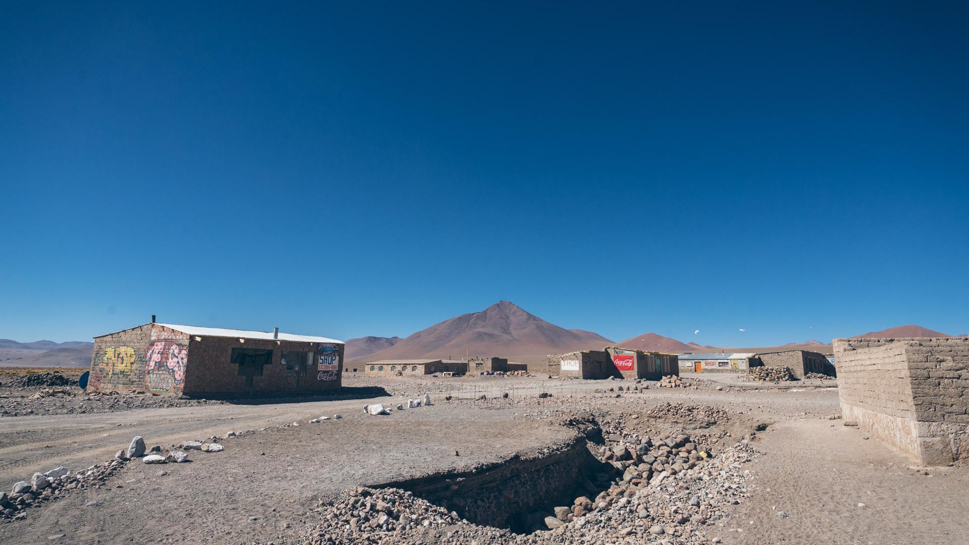 il y a un petit village à côté de la laguna Colorada pour se ravitailler en pâte et eau