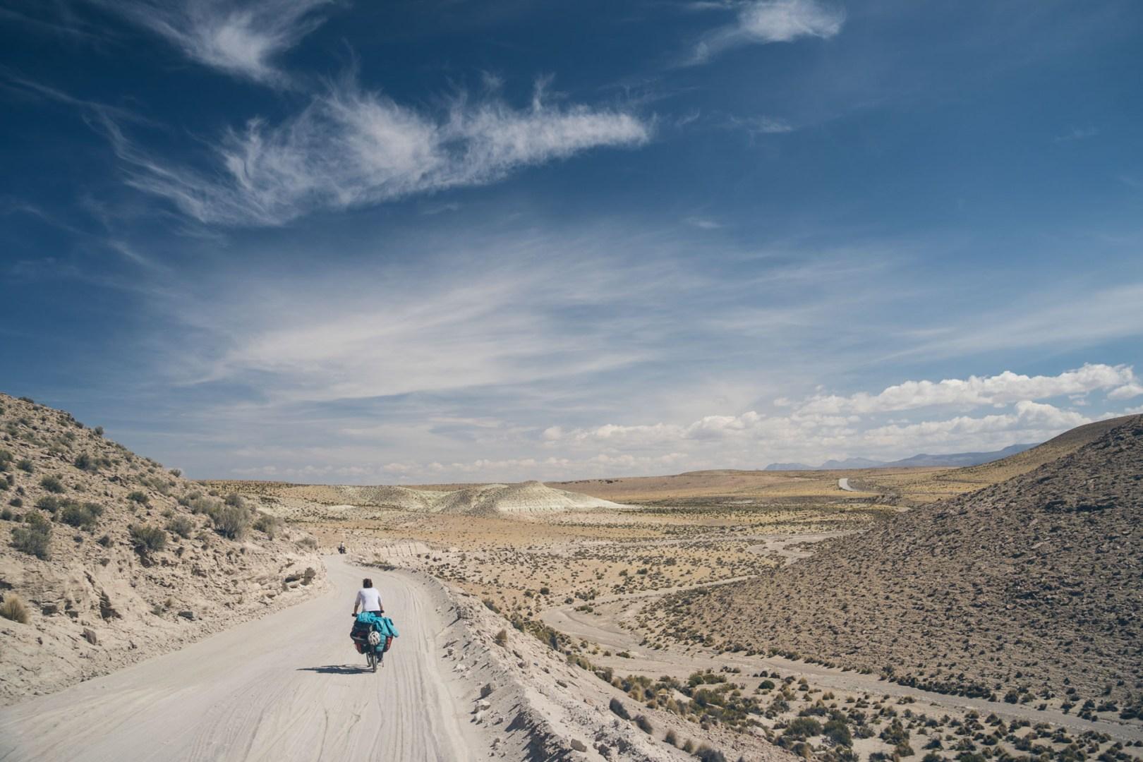 Du sable et du sable sur la route
