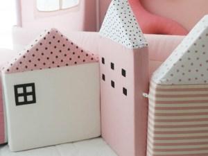 Tour de lit bébé maisons rose et blanc
