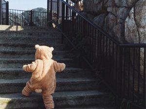 Bébé dehors avec son costume ours
