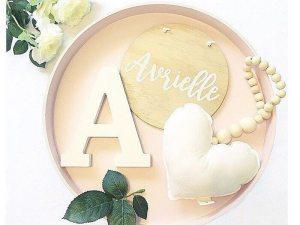 Collier en bois avec un cœur blanc - Accessoire déco chambre bébé