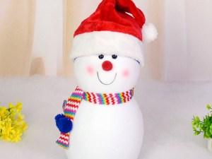 Bonnet de Noël porté par un bonhomme de neige