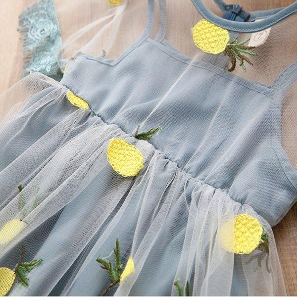 Détails robe dentelle fille couleur bleu gris
