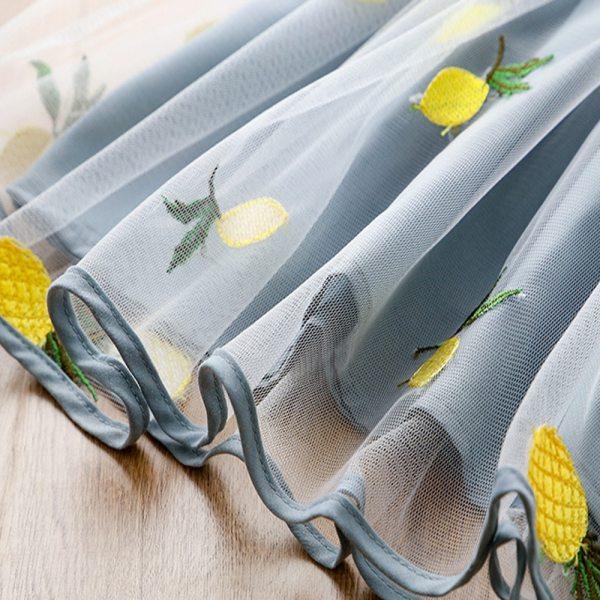 Motifs cousus ananas et citrons sur la robe pour fille