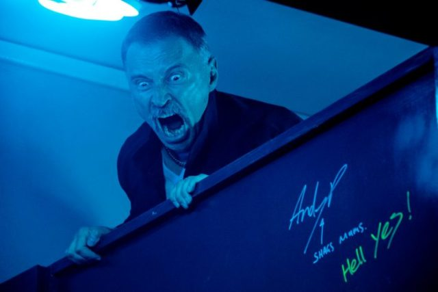 T2-JB-00850.dng Begbie (Robert Carlyle) raging over toilet cubicle