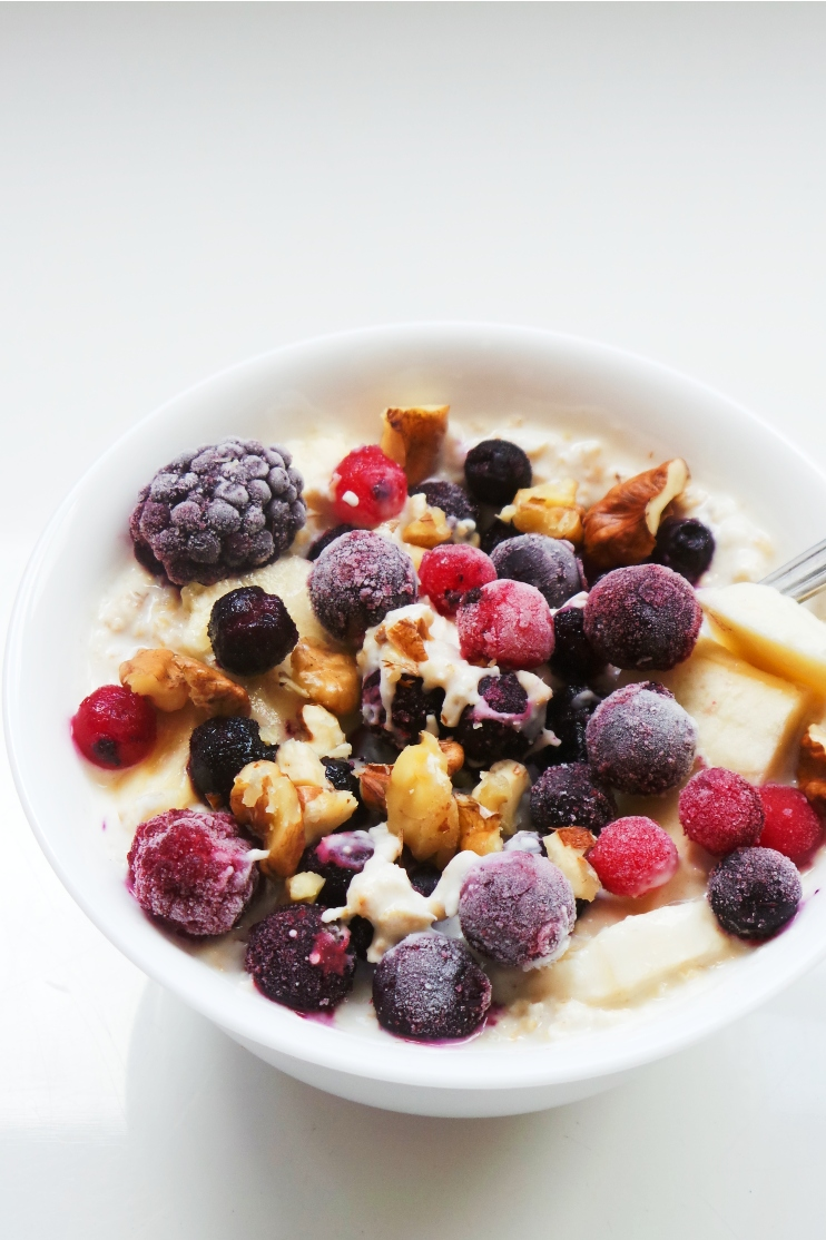 Overnight oats with berries, banana and almond butter! 5 minutes is all the time you need to make this easy healthy breakfast, that you can also enjoy on the go! Make this breakfast idea vegan and dairy-free by using coconut yogurt! | Half-Human, Half-Mom | www.hh-hm.com