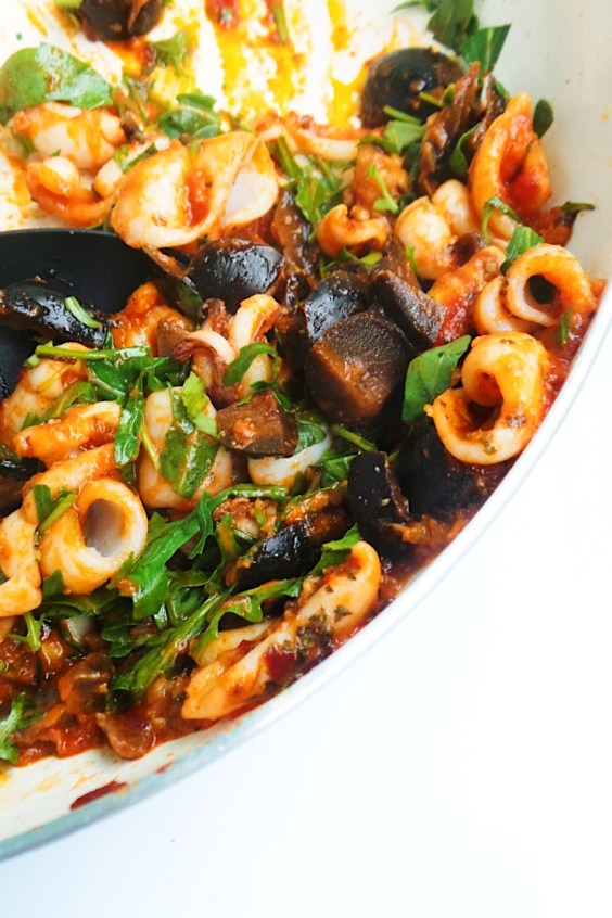 Garlic squid in tomato sauce - Easy keto dinner recipe! Serve with pasta or zoodles and add Parmesan to this delicious low-carb dinner idea!