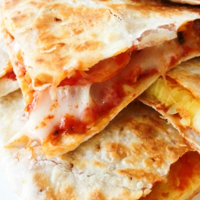 10-Minute Easy Pizza Recipe - This healthy pizza is delicious, vegetarian and has only 330kcal. And you can make it in a pan! #easy #pizza #recipe #healthy