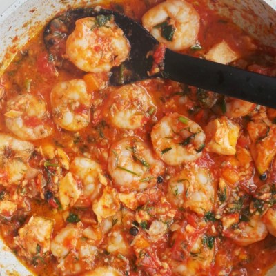15-Minute Garlic Shrimp In Tomato Sauce - best weeknight dinner ever! This garlic shrimp recipe is super tasty, healthy, easy, gluten-free, paleo and low-carb! You need one pan and 15 minutes to make it.
