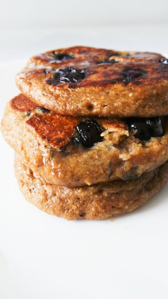 Blueberry Banana Oatmeal Pancakes - healthy and easy pancake recipe that you can make with oats and without flour! High-fiber, nourishing and really yummy! | Clean eating breakfast recipe