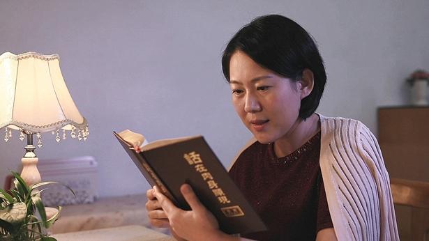 一个姊妹正在读神话