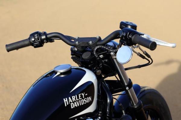 黒いラバーマウント スポーツスターカスタムを製作。ハンドルやトリプルツリーはパウダーコートでブラックに塗装。