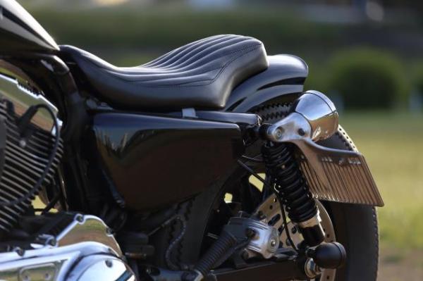 ラバーマウント スポーツスターをベースに黒いカスタム車両を製作。テールランプとナンバーをサイドにマウントするためのヒデモオリジナルの部品。