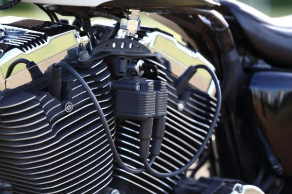 ラバーマウント スポーツスターをベースにカスタム車両を製作。コイルとキーをサイドマウントにする、ヒデモオリジナルの部品。