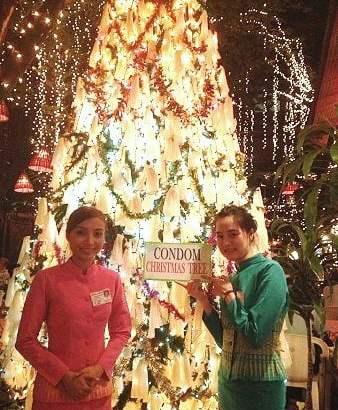 In Thailand staat een kerstboom van condooms