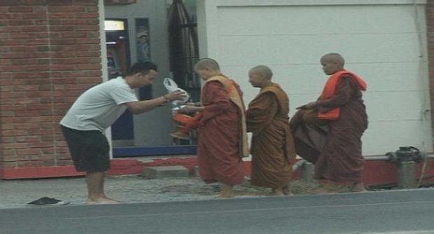 Vrouwelijke monniken creëren ophef