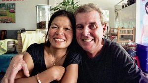 Thaise vrouwen met oude mannen