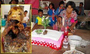 Thaise vrouw eet broodje kat